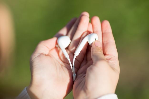 Auriculares de audio en manos de niños.