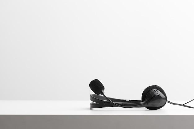 Auriculares de audio en la mesa