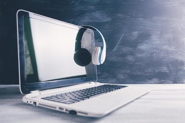 Auriculares blancos en la computadora portátil
