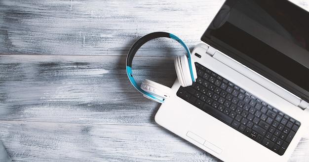 Auriculares blancos con computadora