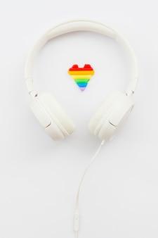 Auriculares blancos del día mundial del orgullo feliz
