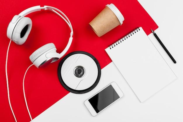 Auriculares con cable en color rojo y blanco.