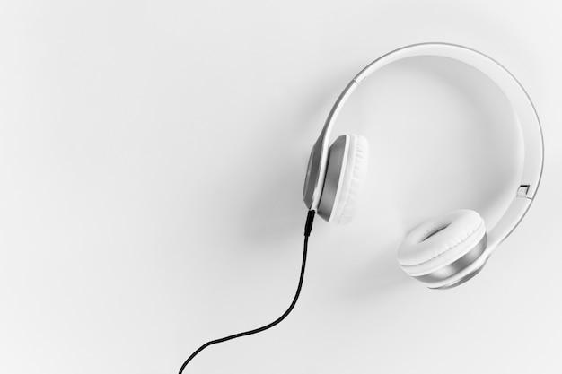 Auriculares con cable negro sobre un fondo gris