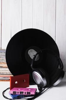 Auriculares y casetes cerca del disco