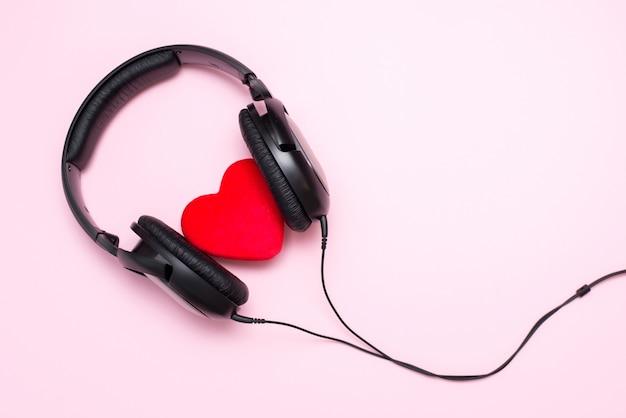 Auriculares y corazón, concepto de música de amor