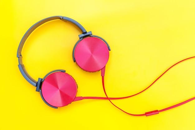 Auriculares de dj rojo con cable aislado sobre fondo colorido