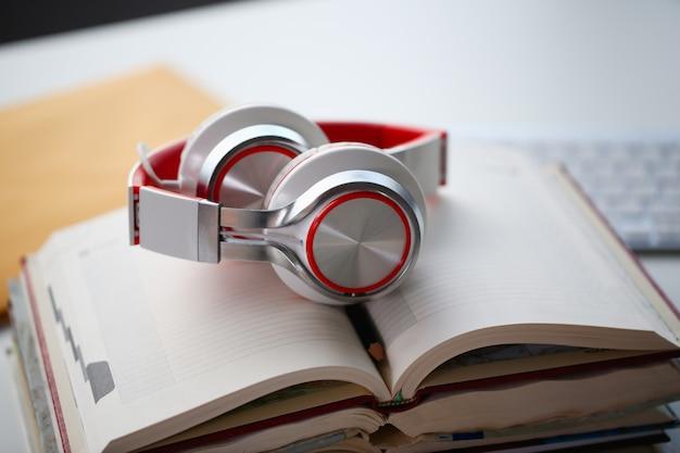 Los auriculares están sobre la mesa en la oficina.