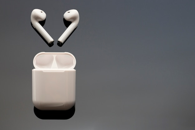 Auriculares inalámbricos blancos y estuche
