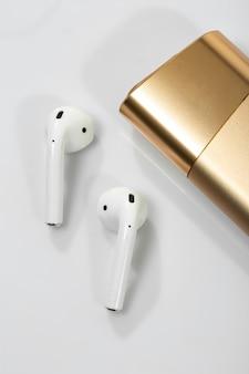 Auriculares inalámbricos y golden glo