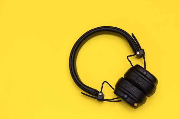 Auriculares inalámbricos de moda en amarillo