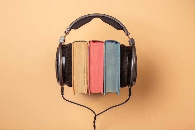 Auriculares en libros, concepto de audiolibros