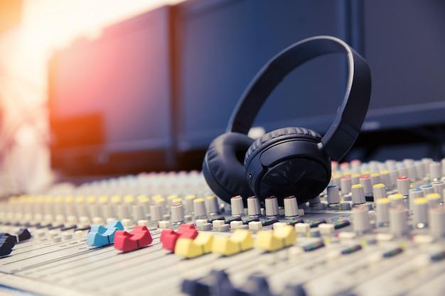 Auriculares y mezclador de sonido en la sala de control.