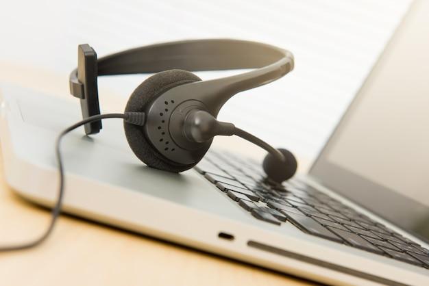 Auriculares con micrófono en la computadora portátil
