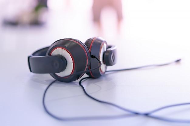 Auriculares de música negro con fondo blanco borroso
