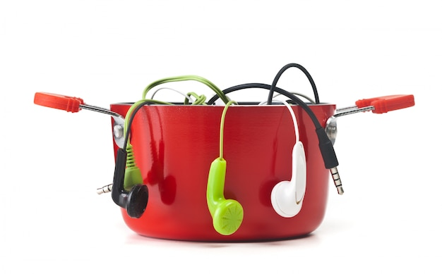Auriculares de música en olla roja