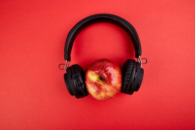 Auriculares negros y manzana