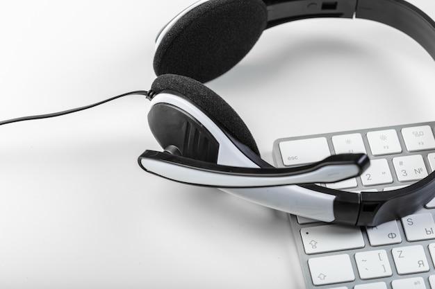 Auriculares en el ordenador portátil de teclado