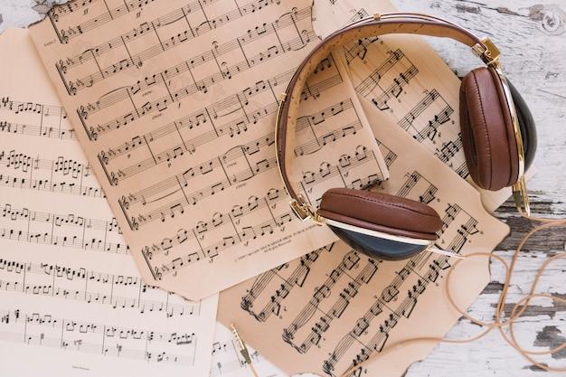 Auriculares en partituras