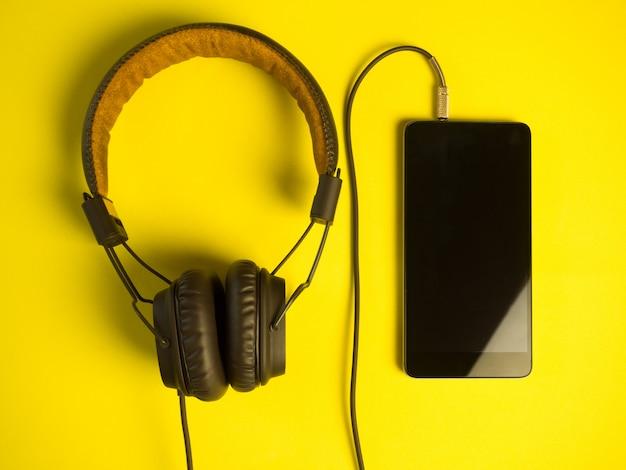 Auriculares retro con un smartphone.