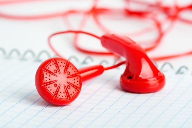 Auriculares rojos en vista horizontal portátil