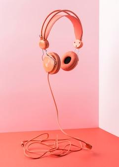 Auriculares rosa con cable volando