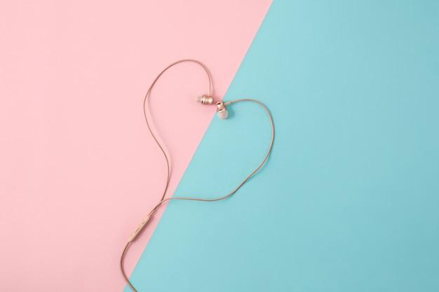 Los auriculares rosados femeninos en colorido