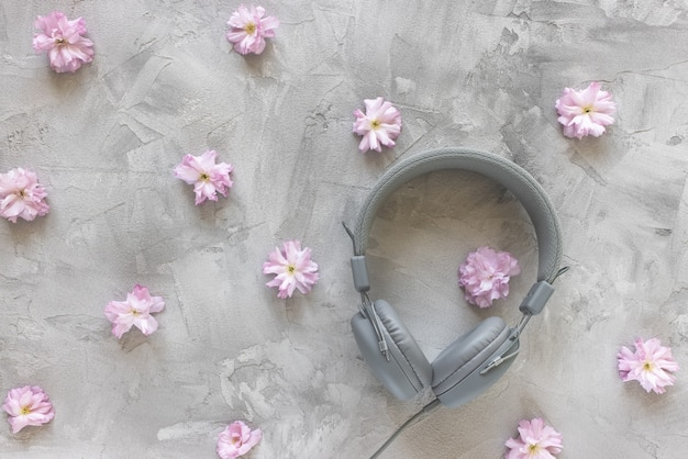 Auriculares sobre fondo gris de primavera o verano