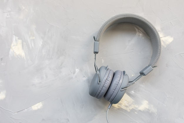 Auriculares en superficie gris