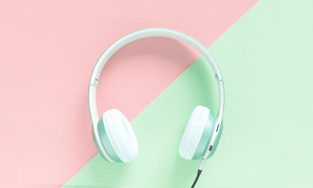 Auriculares verdes sobre fondo de color pastel