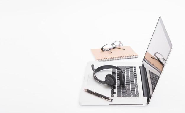 Auriculares y computadora portátil, soporte de centro de llamadas y servicio de atención al cliente