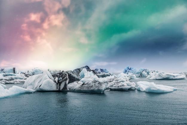 Aurora boreal aurora boreal sobre la laguna de hielo del glaciar jokulsarlon en islandia