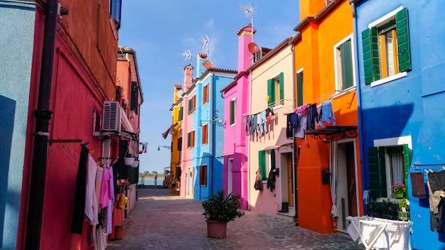 Auténtica casa y colorido lavado colgando en las callejuelas de venecia.