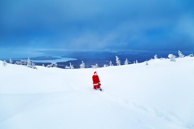 Auténtico santa claus en una montaña nevada.