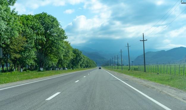 Auto carretera que conduce a las montañas