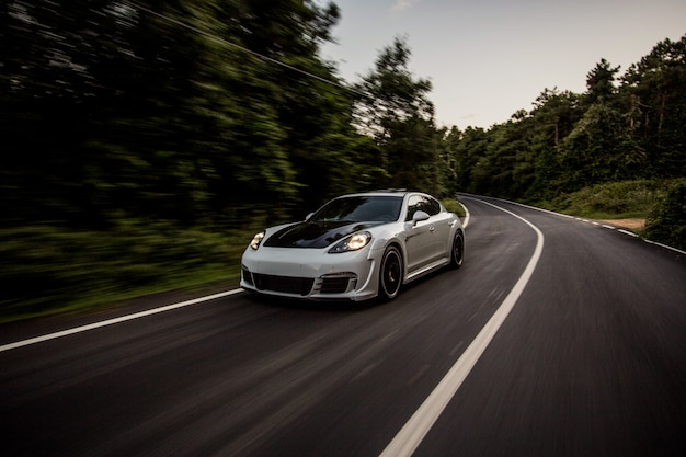 Un auto deportivo blanco con autoajuste negro.