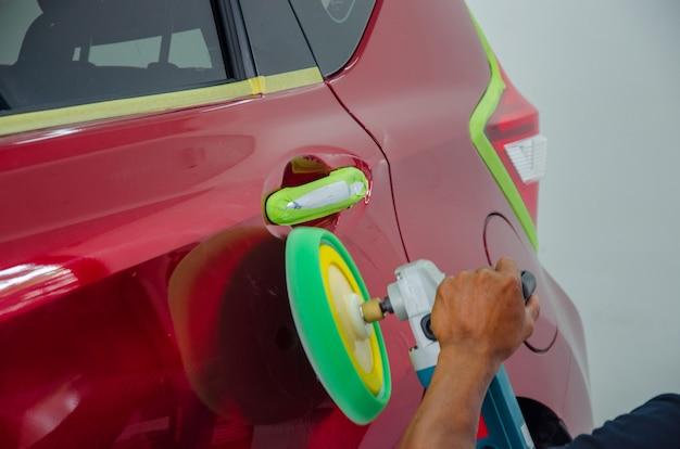 Auto detallando coche
