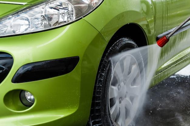 Auto en un lavado de autos