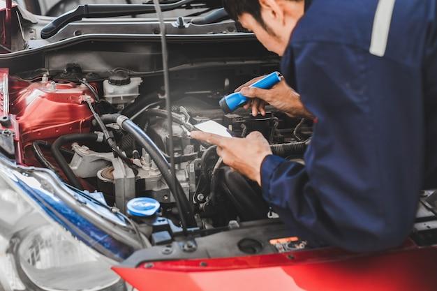 Auto rojo para servicio de mantenimiento seguro con motor de auto