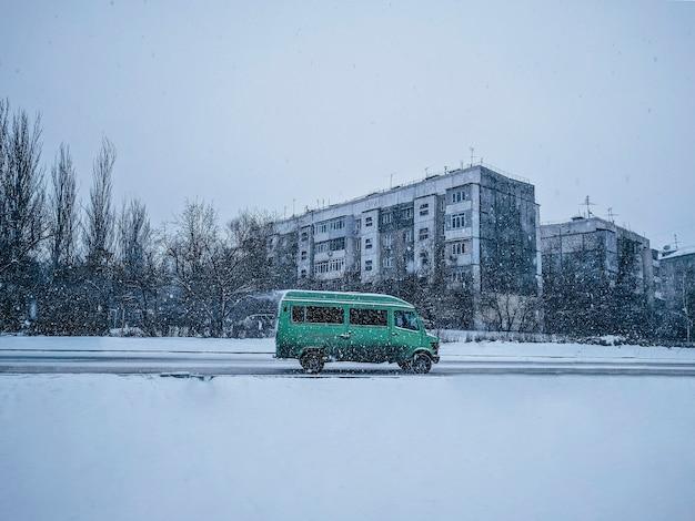 Autobús en una carretera resbaladiza de invierno
