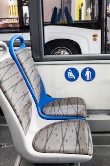 Autobús urbano moderno o autobús con asientos para discapacitados