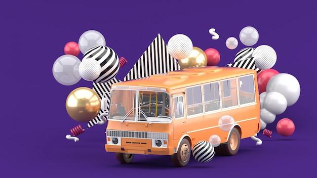 Autobuses naranjas entre bolas de colores en púrpura. representación 3d