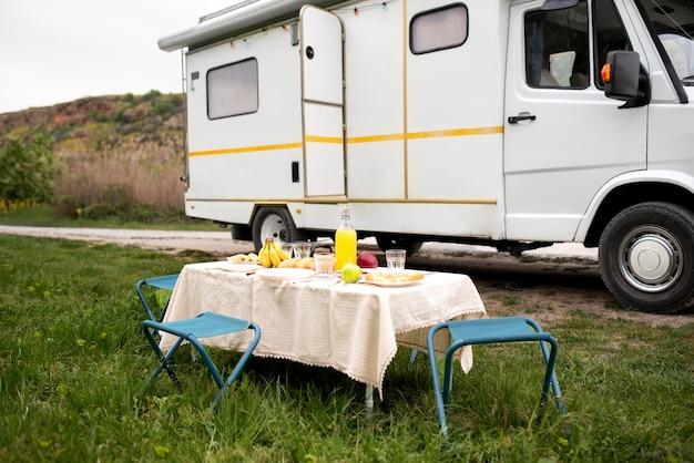 Autocaravana y mesa con arreglo de comida