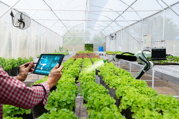Automatico tecnologico agrícola robot brazo regar plantas arbol