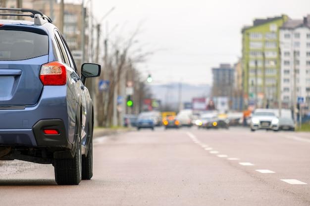 Automóviles estacionados en fila al lado de una calle de la ciudad.