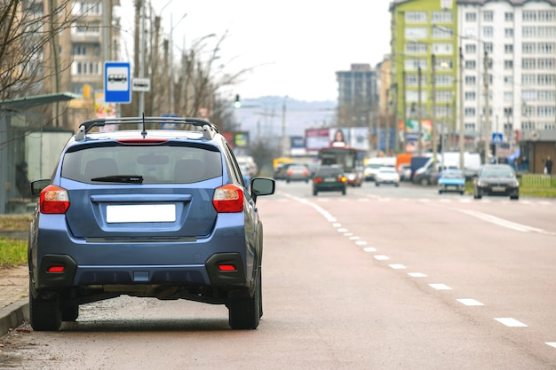 Los automóviles estacionados en una fila al lado de la calle de la ciudad
