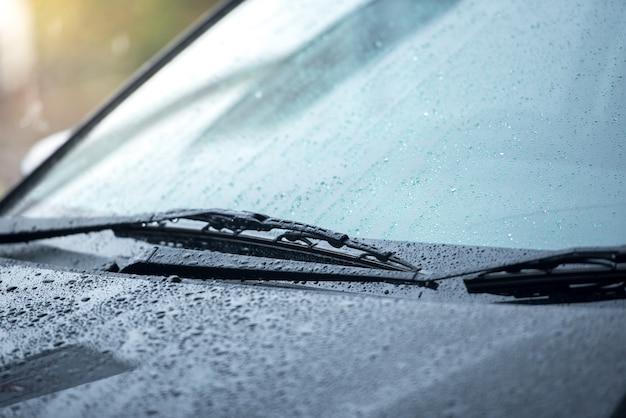 Los automóviles estacionados bajo la lluvia en la temporada de lluvias y tienen un sistema de limpiaparabrisas para limpiar el parabrisas del parabrisas