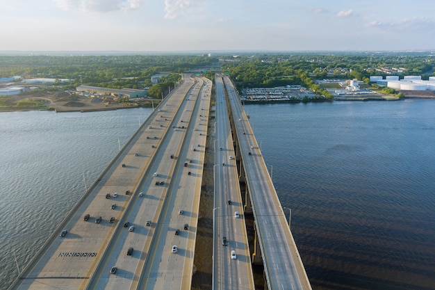 Autopista de alta velocidad, con carretera de tráfico, el puente alfred e. driscoll sobre el río raritan.