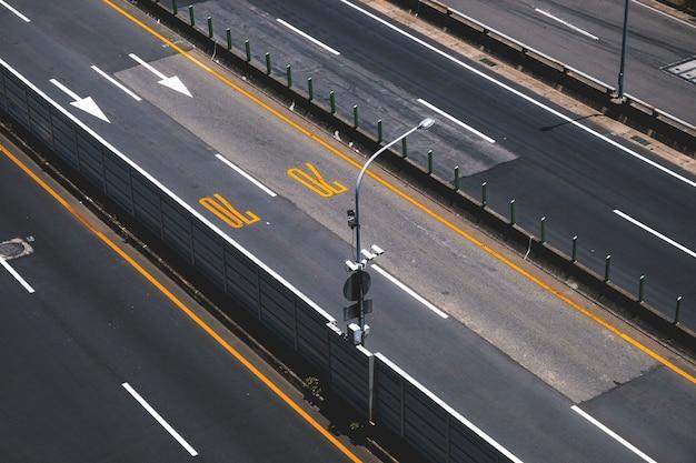 Autopista de alta vista con control de velocidad.