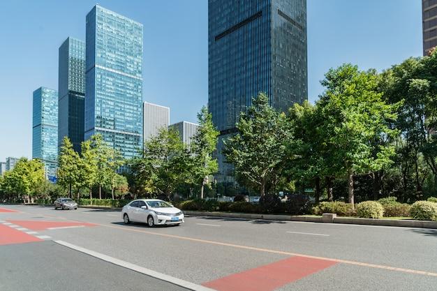 Autopista y arquitectura urbana moderna en la ciudad nueva del río qiantang, hangzhou, china