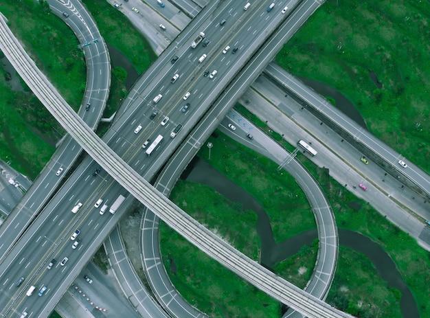 Autopista de bangkok por la mañana, el tráfico no está lleno.